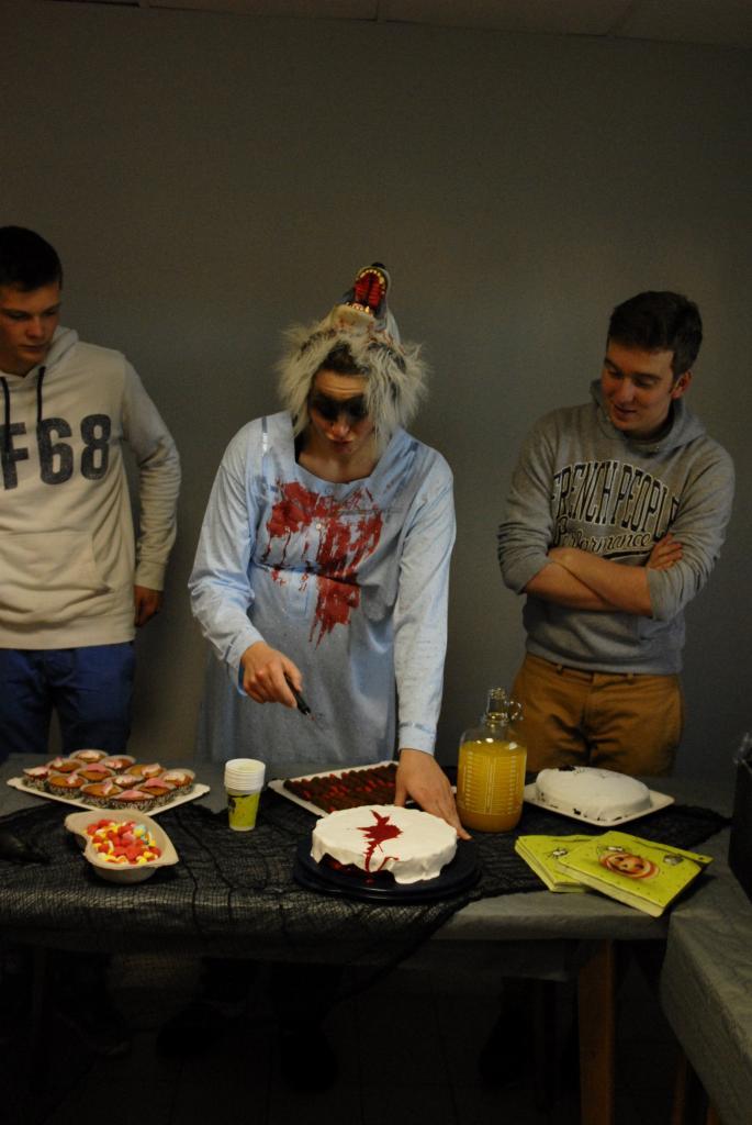 Le méchant loup coupe le gâteau